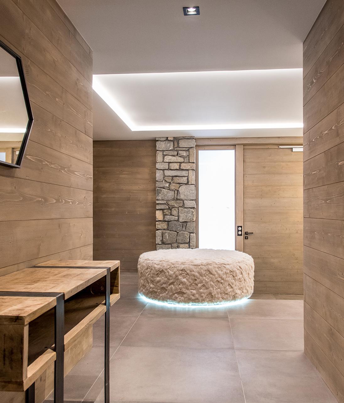 clemaroundthecorner entrée spacieuse tabouret rond blanc design mobilier bois