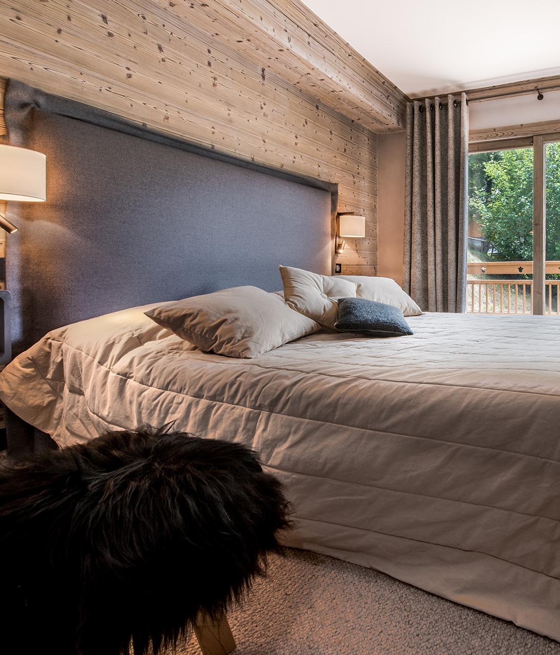 Chambre parentale style chalet montagnard gris moquette tabouret bois fourrure noire