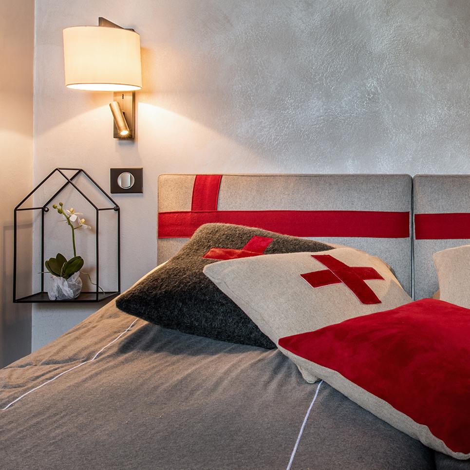 chambre parentale gris rouge neutre élégant