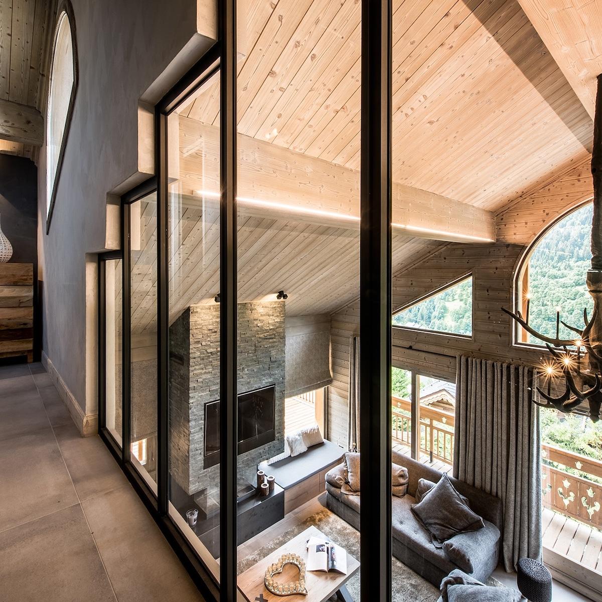 blog déco couloir baie vitrée design parquet bois chalet moderne