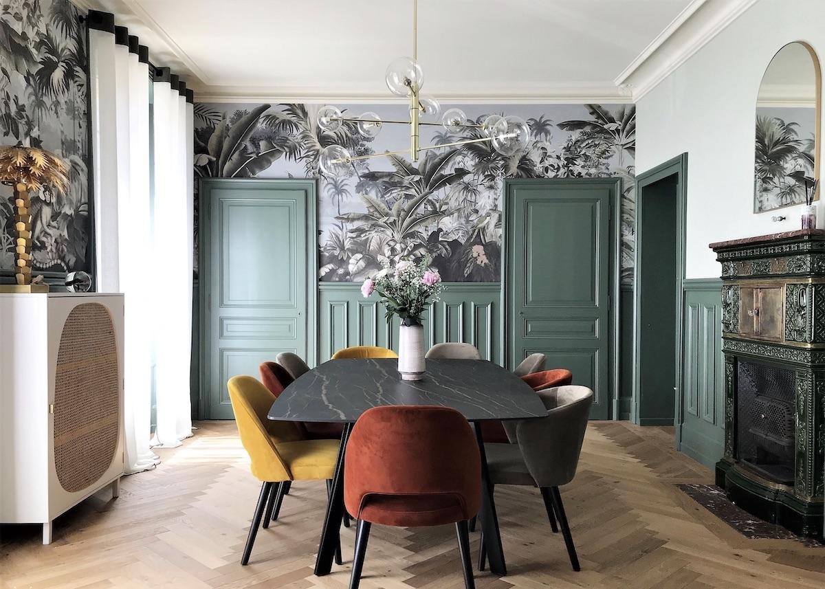salle à manger rénovation maison style haussmannien chaise velours papier peint - blog déco - clematc