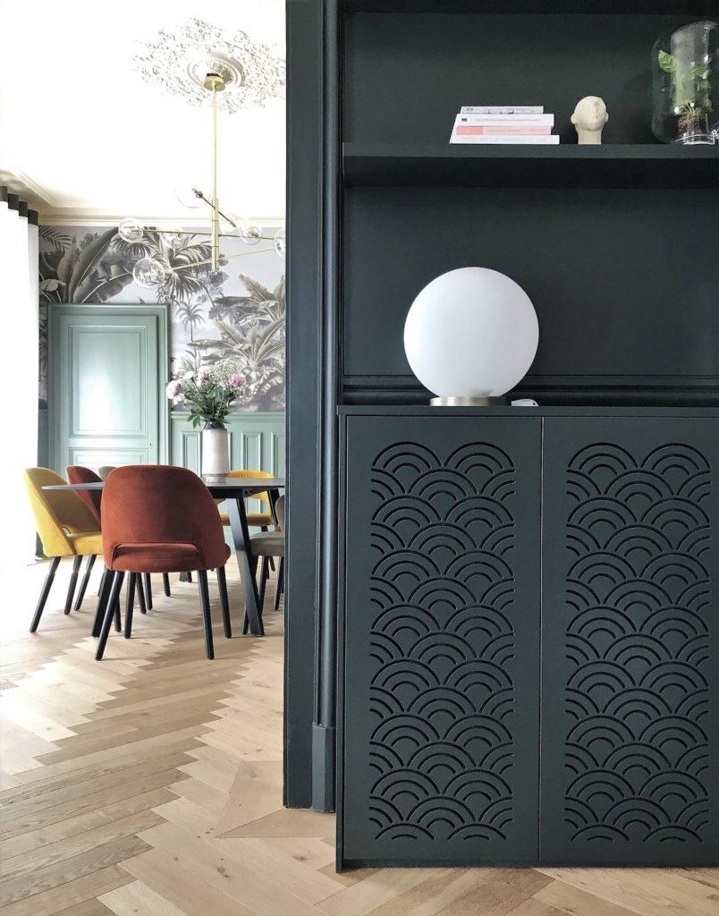 maison haussmannienne meuble noir motif article déco  lampe boule coffrage vieux radiateur design - blog architecture intérieure clemaroundthecorner