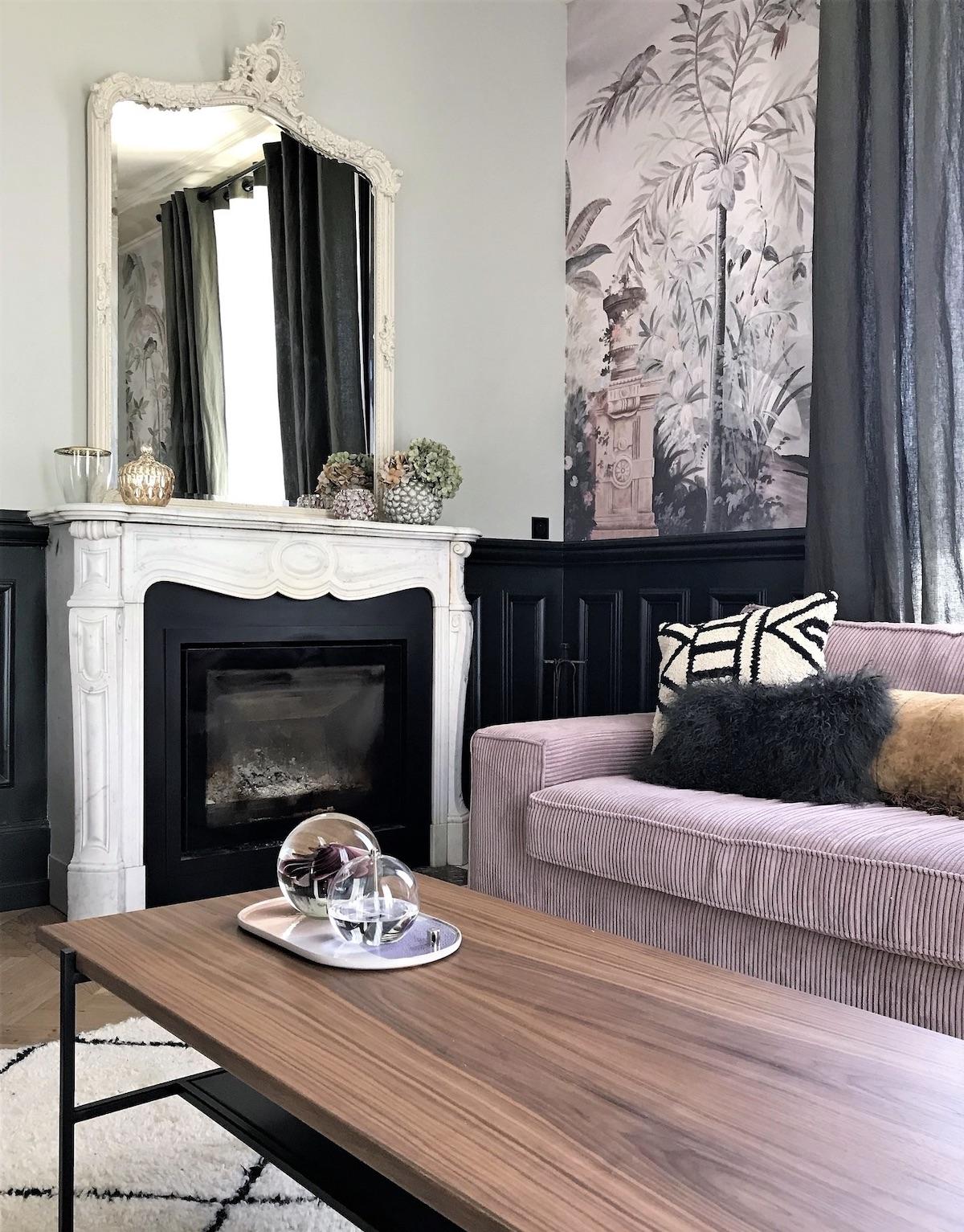 décoration intérieure maison haussmannienne cheminée marbre blanc canapé velours côtelé miroir vintage - blog déco - clematc