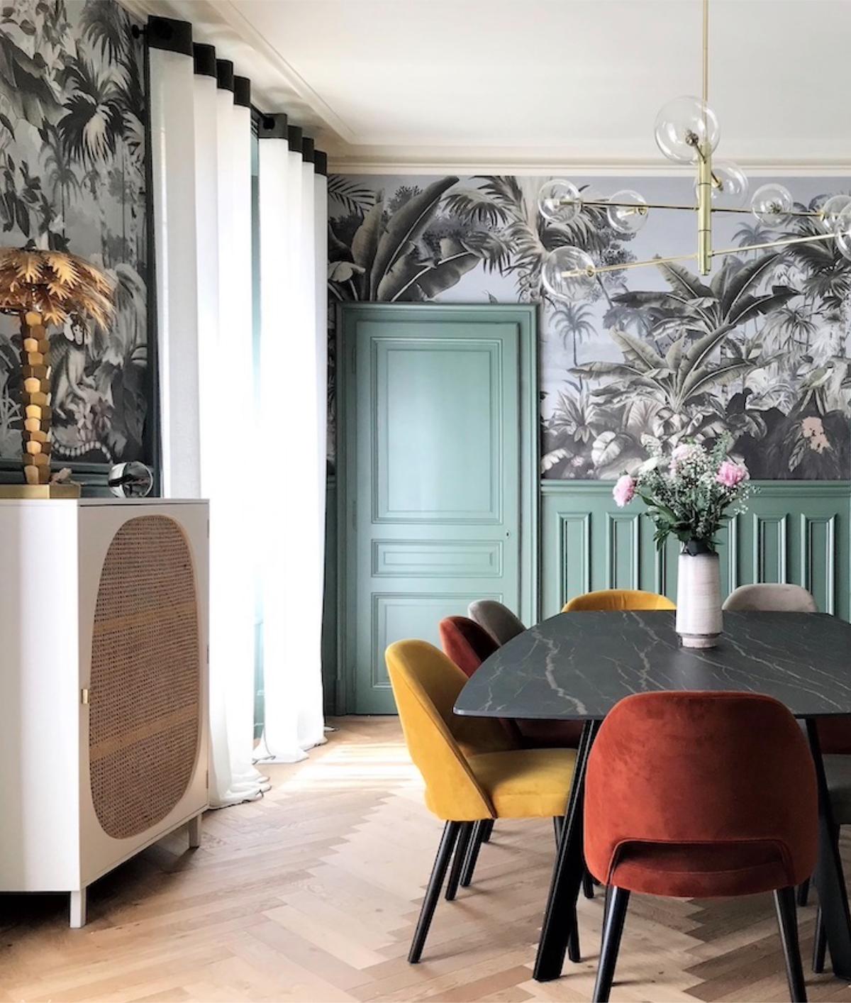 maison haussmannienne salle à manger table marbre noir fauteuilvelours soubassements vert