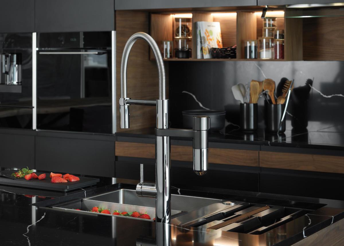 mitigeur robinet design télescopique cuisine noir mat bois plan de travail - blog déco - clem around the corner