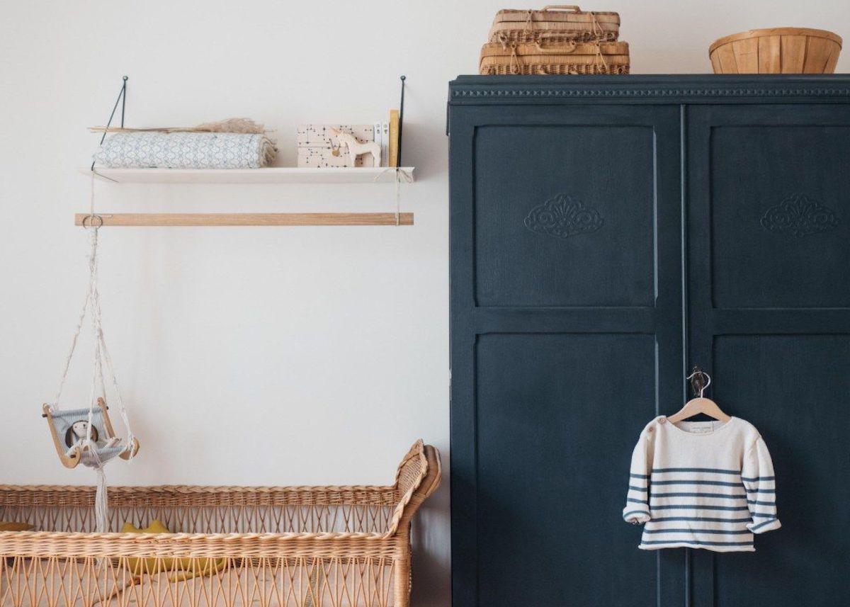 appartement déco scandinave armoire parisienne bleu marine lit rotin
