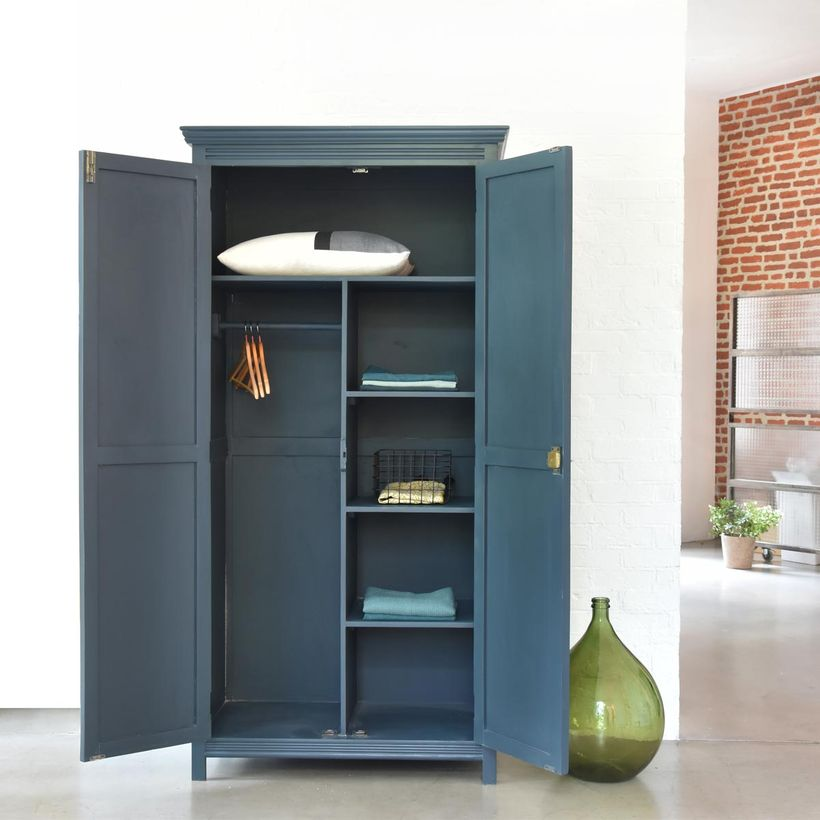 blog déco clemaroundthecorner meuble parisien 2 portes penderie étagères bleu