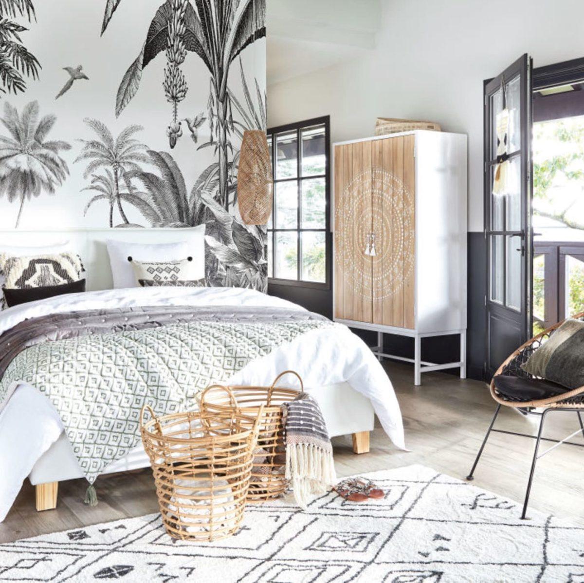 chambre parentale bohémienne rustique mobilier boisé tapis berbère noir et blanc