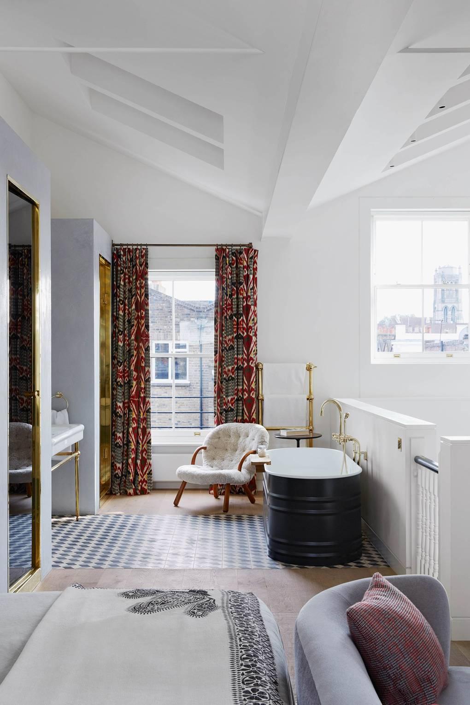 blog déco suite parentale moderne luxueuse rideau vintage rouge orange baignoire laiton