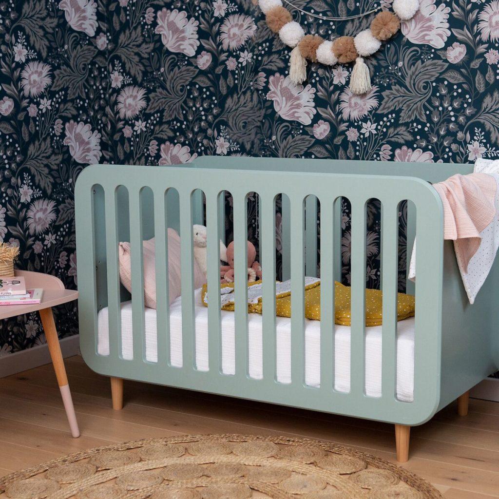 chambre bébé tapis rond lit barreaux vert pastel mur papier peint fleur bleu rose - blog déco - clem around the corner