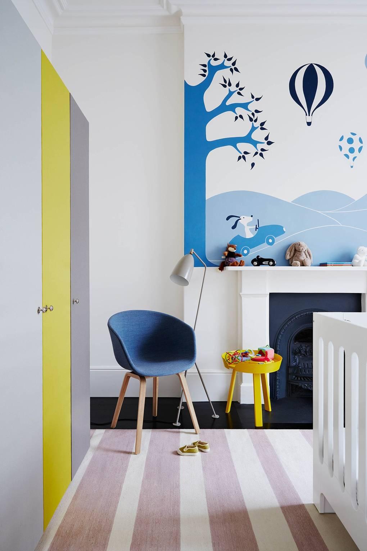 chambre enfant jaune bleu marine tapis rayure rose pastel blanc