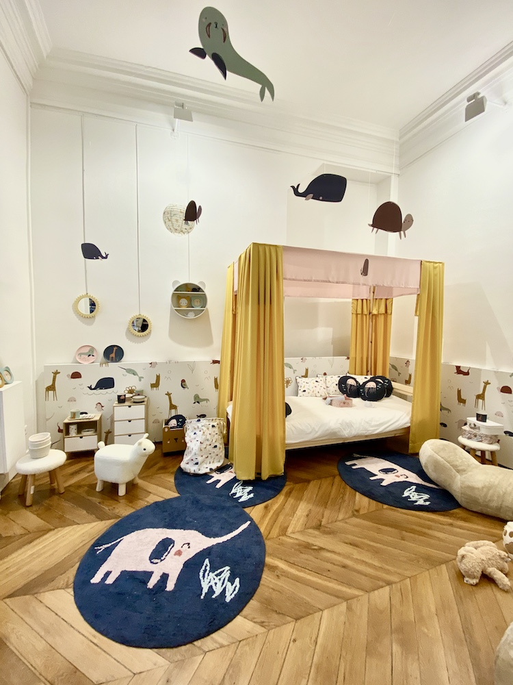 chambre enfant lit baldaquin jaune moutarde rose bleu éléphant