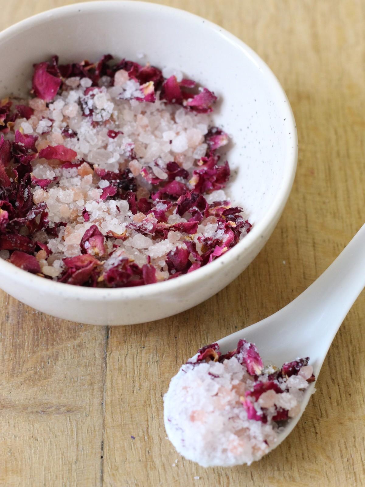 comment fabriquer sels de bain rose detoxifiant bien-être relaxant bio