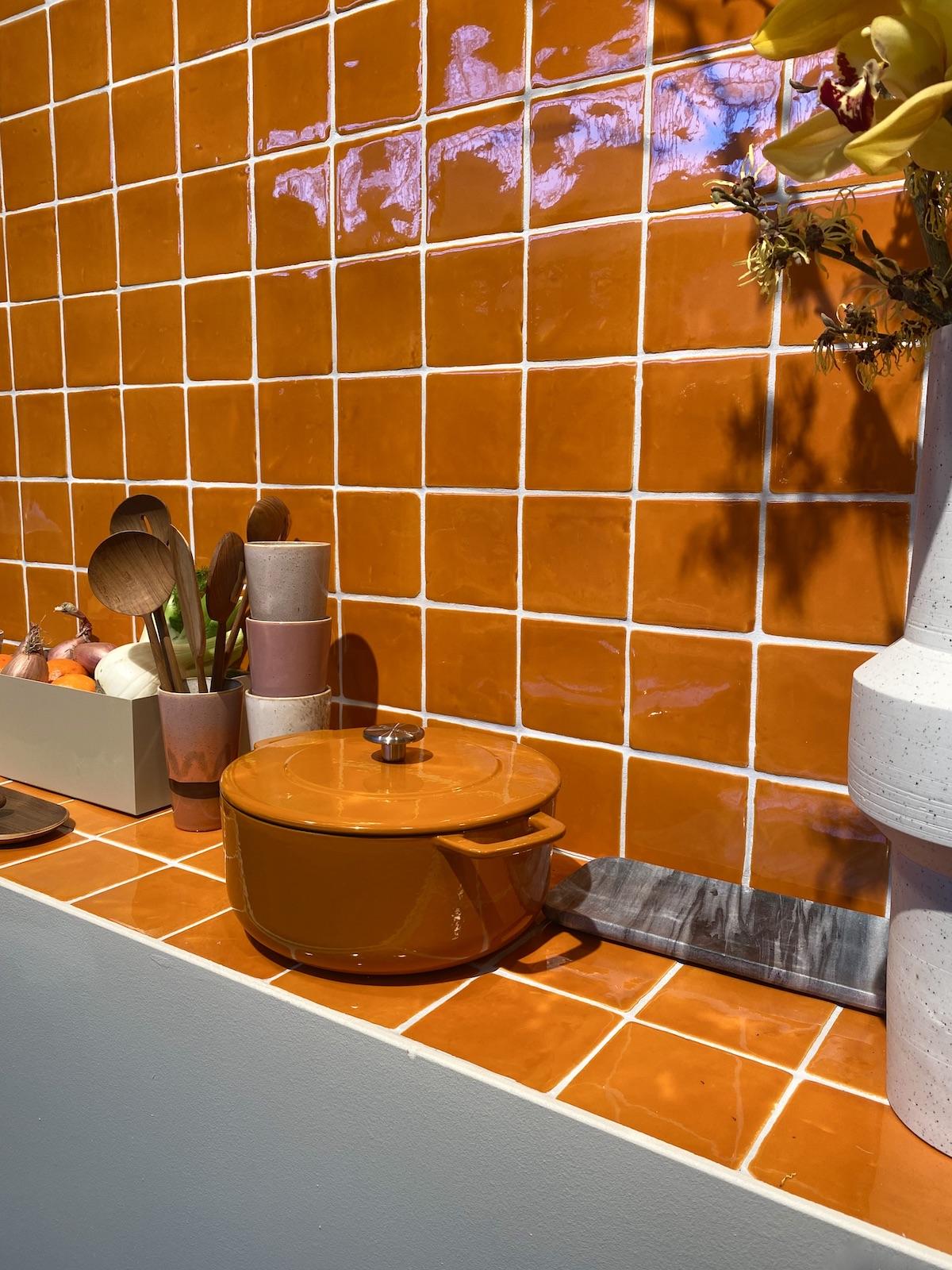 cuisine carrelage orange terracotta carré zellige design traditionnel