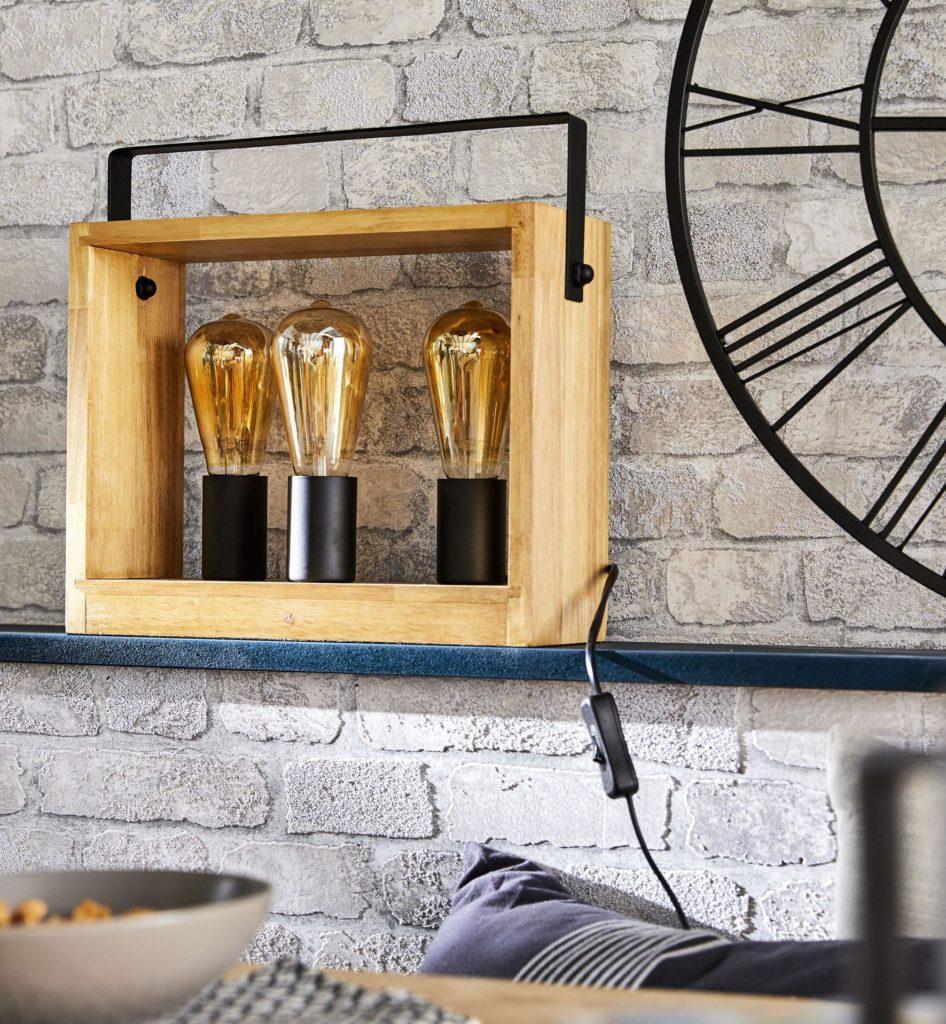 cuisine moderne mur en brique gris peinture bleu marine horloge métallique noire lampe cuivré