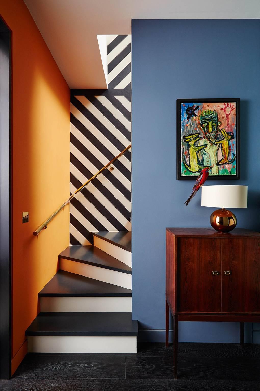 escalier déco coloré mur orange bleu à rayures