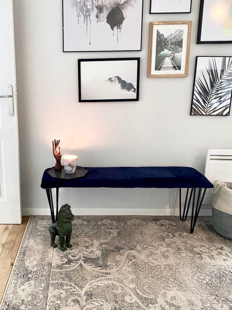 mur de cadres tapis moldave en laine vintage gris aménagement banc velours bleu petite entrée