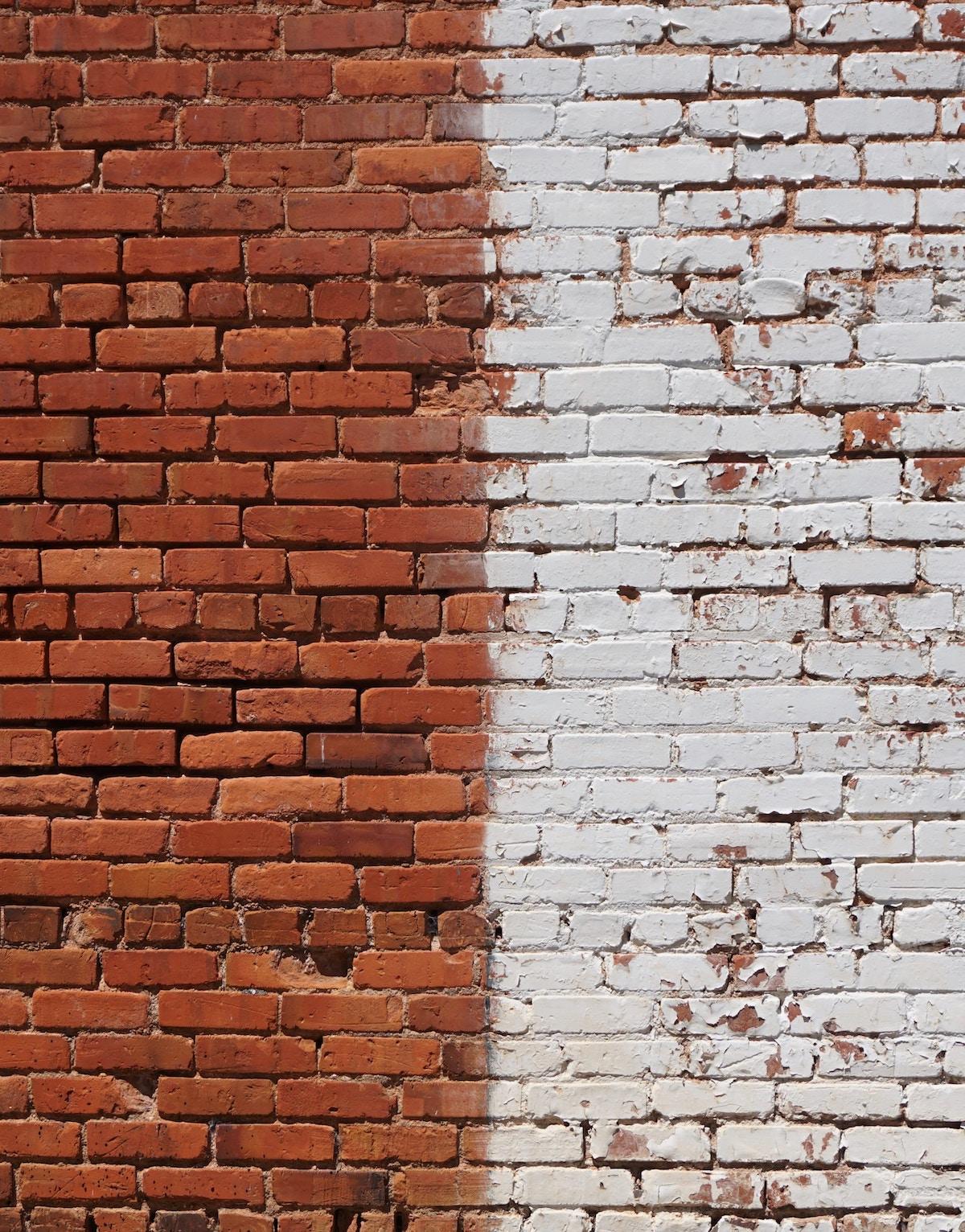 mur en brique bicolore rouge peint en blanc clematc