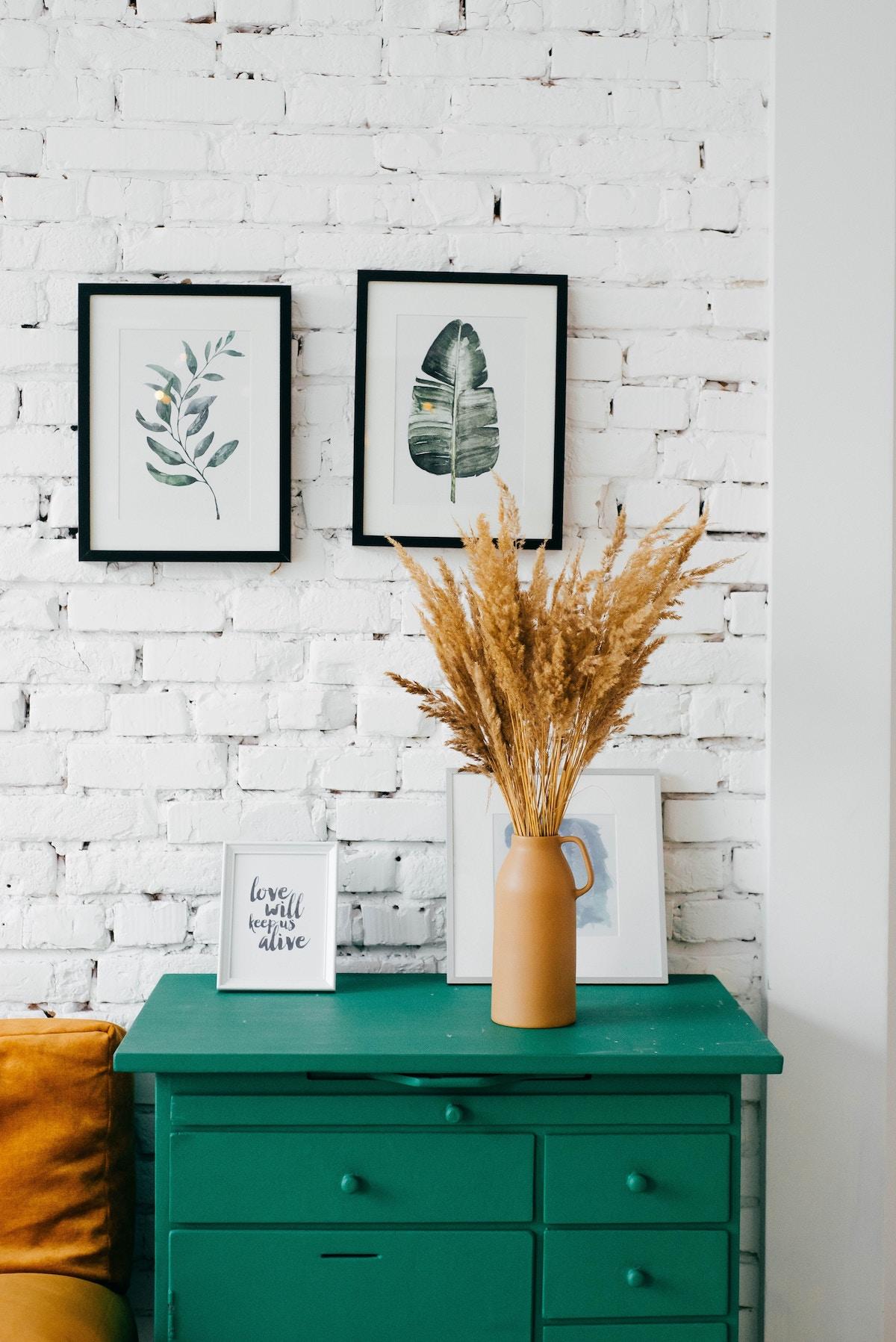 mur en briques blanches meuble vert déco plantes séchées blog déco