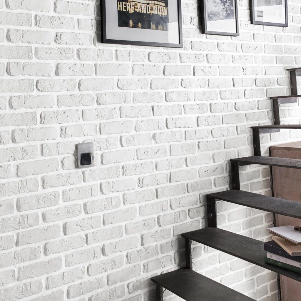 mur parement de brique blanc gris escalier métallique noir