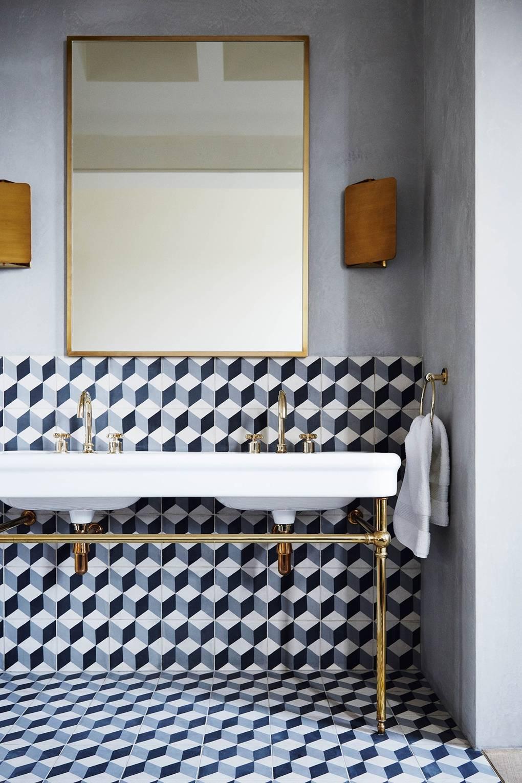 salle de bain carrelage géométrique noir blanc gris double vasque laiton