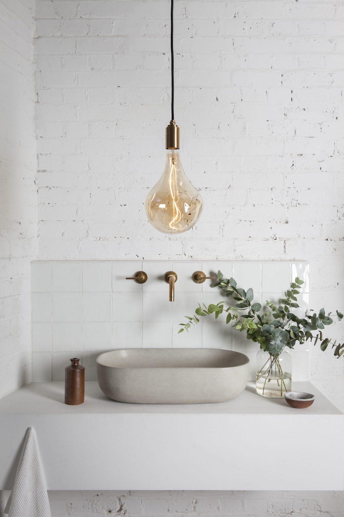 salle de bain mur en brique blanche esprit champêtre végétal