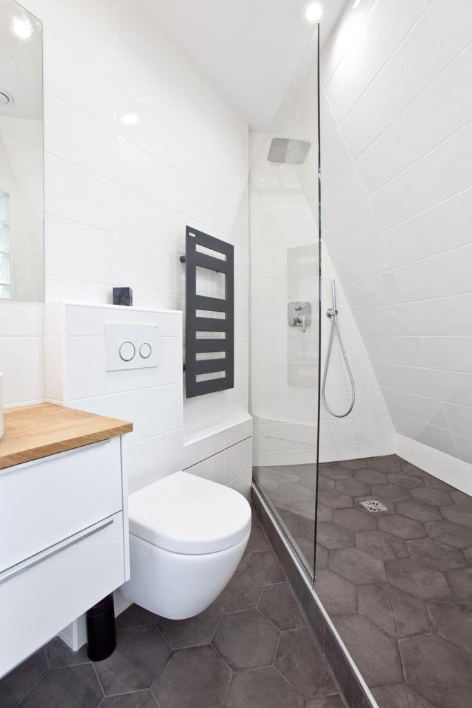 salle de bain triangle étroite douche italienne gain de place optimisation espace grise blanche moderne