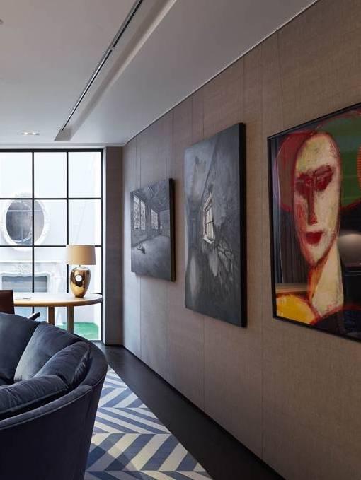 salon ambiance feutré canapé oval velours bleu marine tableau peintre