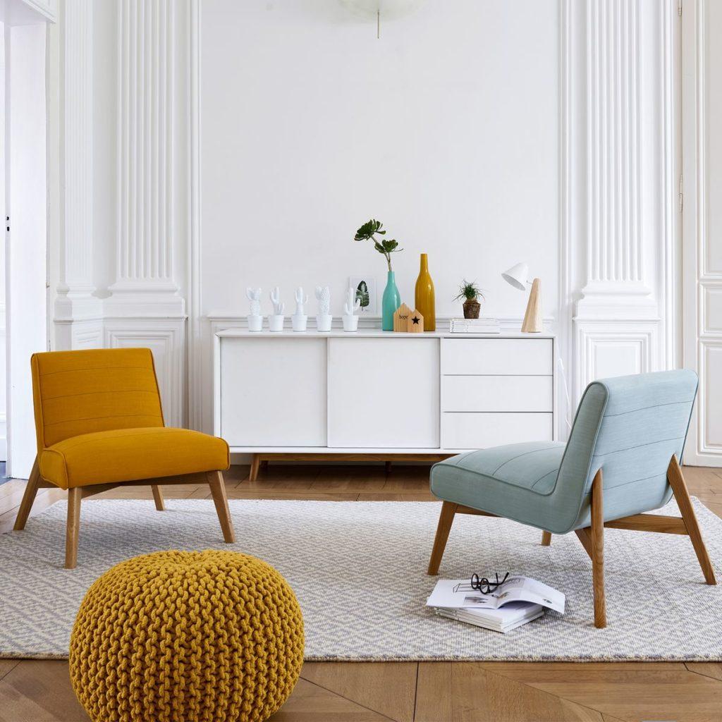 salon blanc fauteuil jaune moutarde bleu clair scandinave pouf tricot