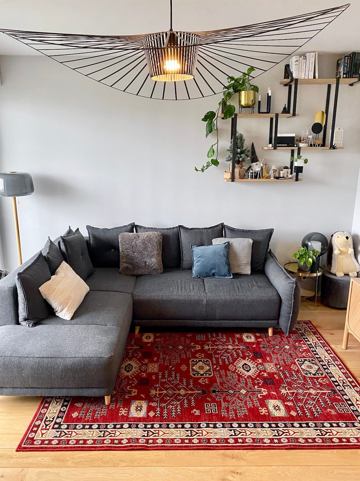 salon canapé gris angle convertible lit tapis rouge - blog déco - clemaroundthecorner