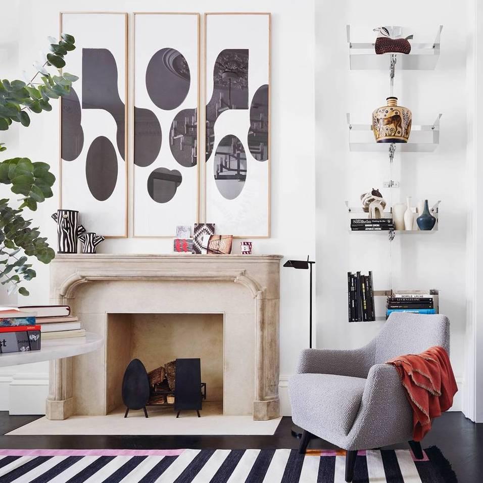 salon cheminé marbre marron fauteuil scandinave gris clair maison anglaise déco éclectique