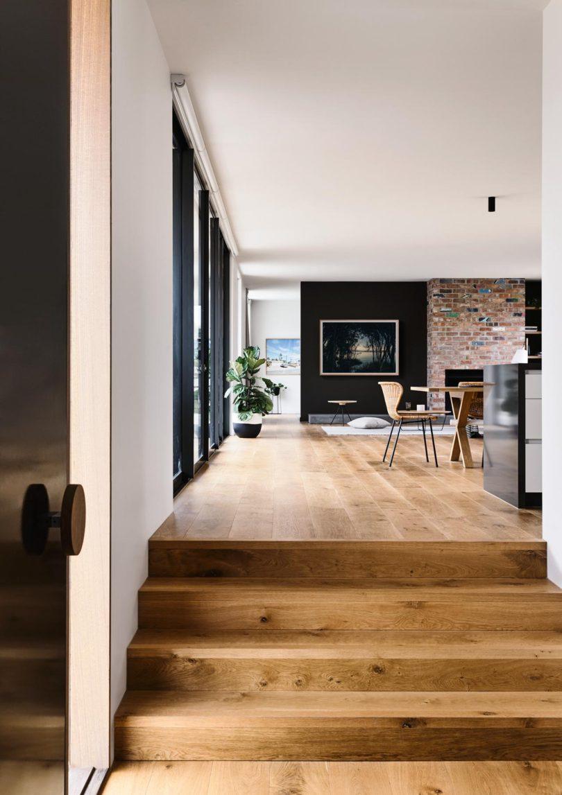 salon escalier parquet en bois mur en brique rouge