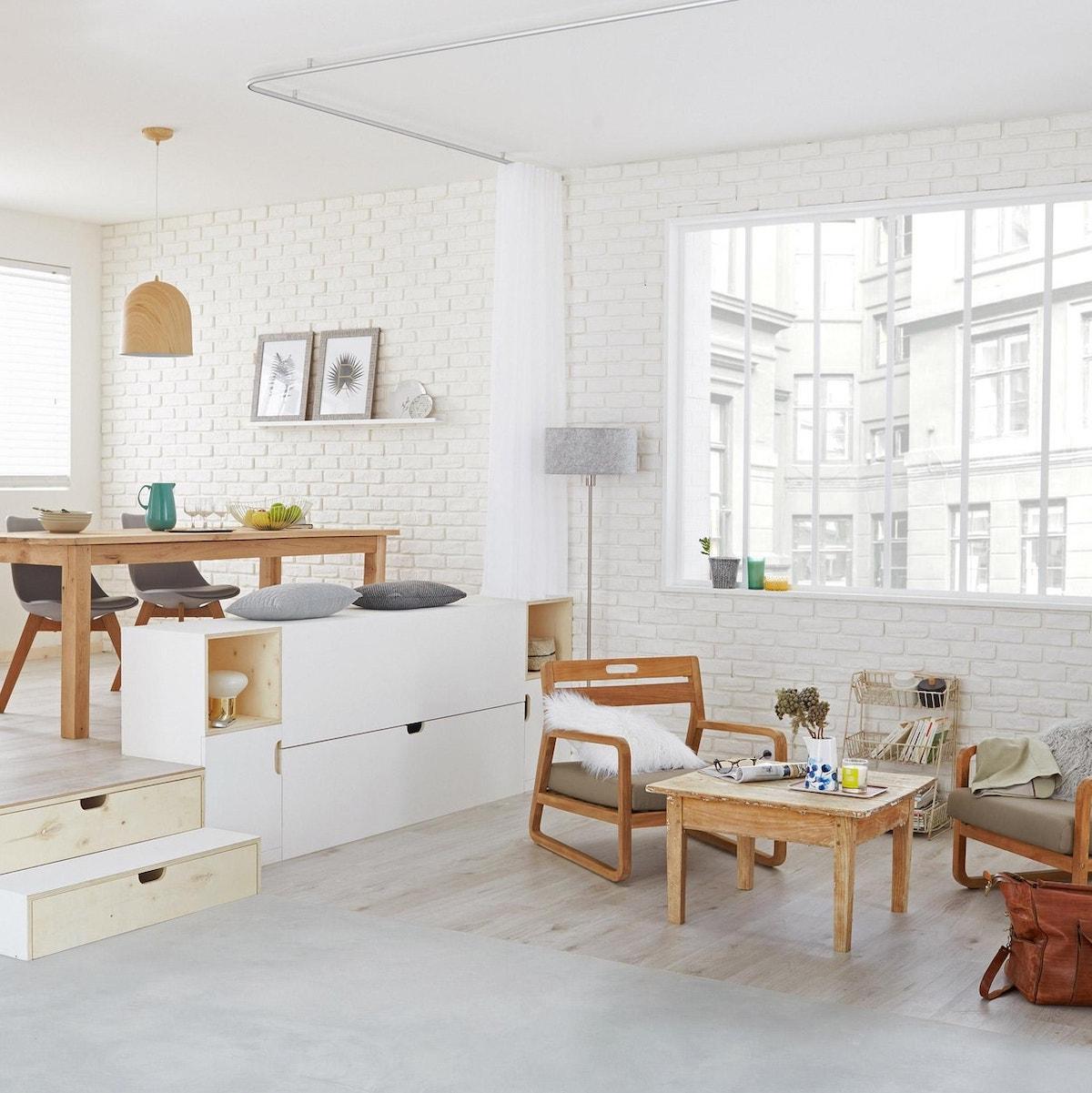 salon lumineux blanc parements de briques blancs mobiliers bois coussin fourrure