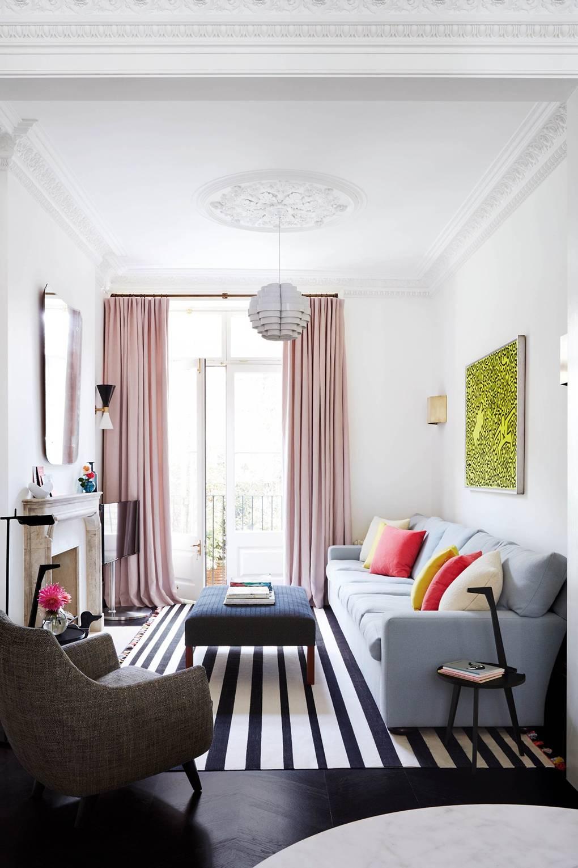 salon lumineux tapis à rayures noir et blanc rideau rose pastel blog déco