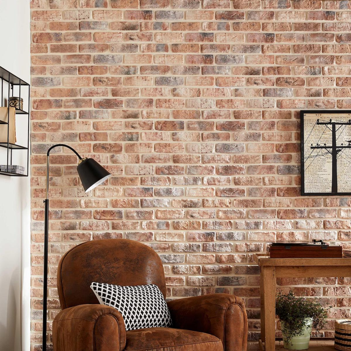 salon rustique mur en parement de briques rouge fauteuil cuir marron