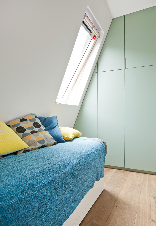 studio étudiant 15m2 lit placard bois pin vert céladon - blog déco - clem around the corner