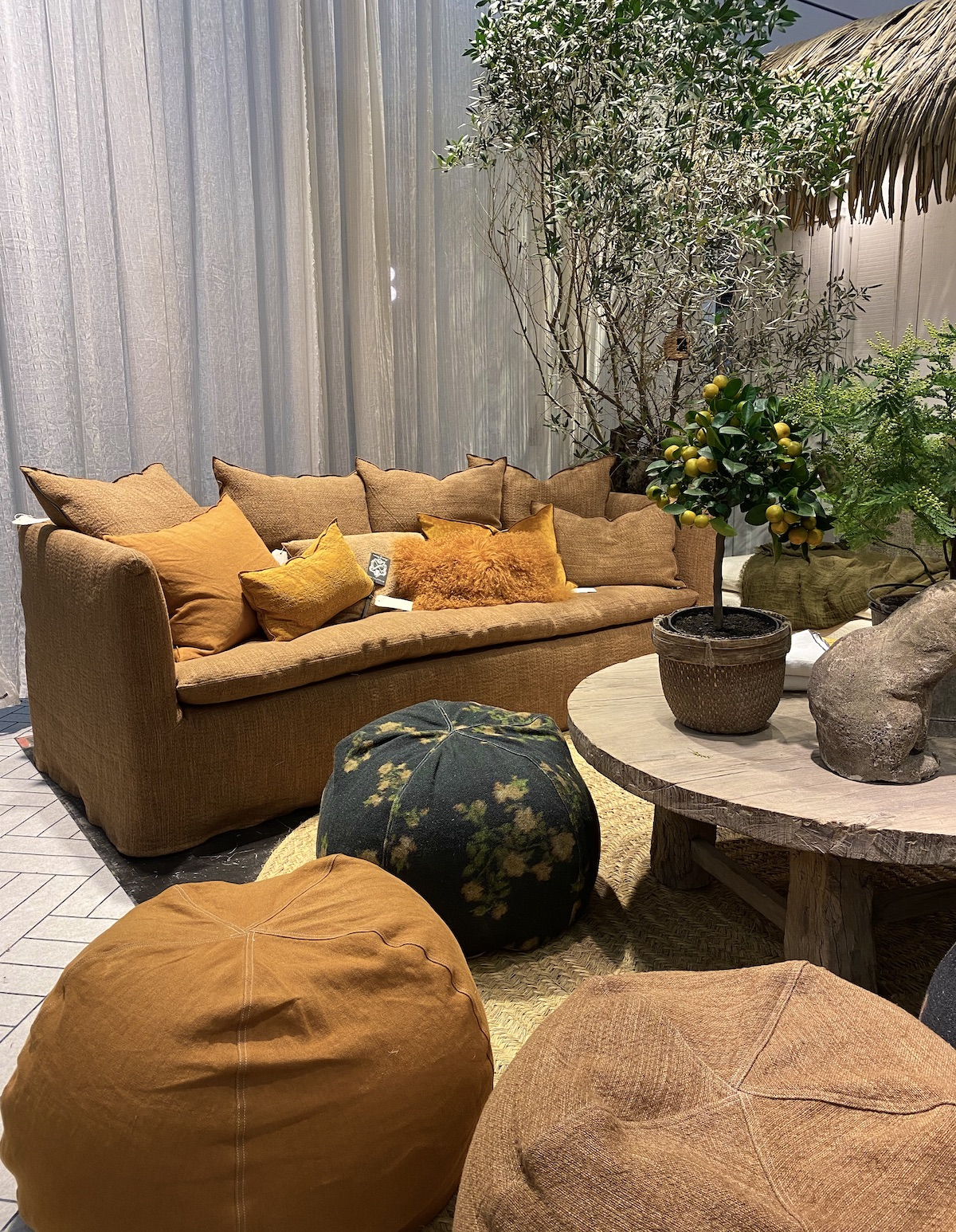 tendances déco 2020 canapé lin maison de vacances jaune moutarde ocre - blog clem around the corner