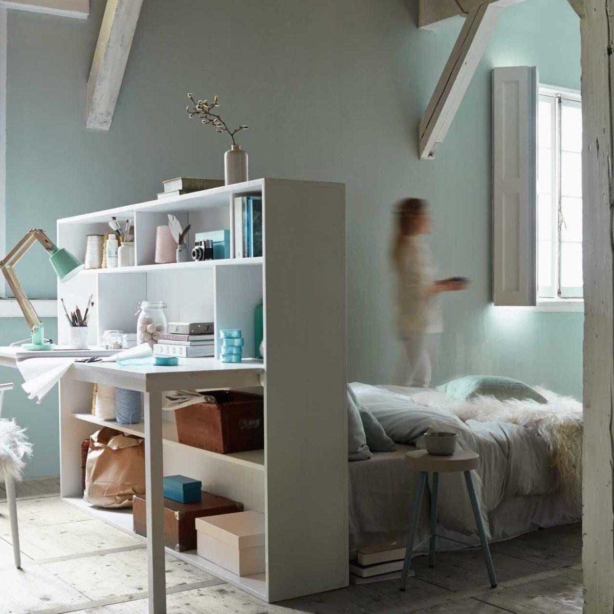 tête de lit bureau chambre scandinave poutres blanches apparentes plaid fourrure