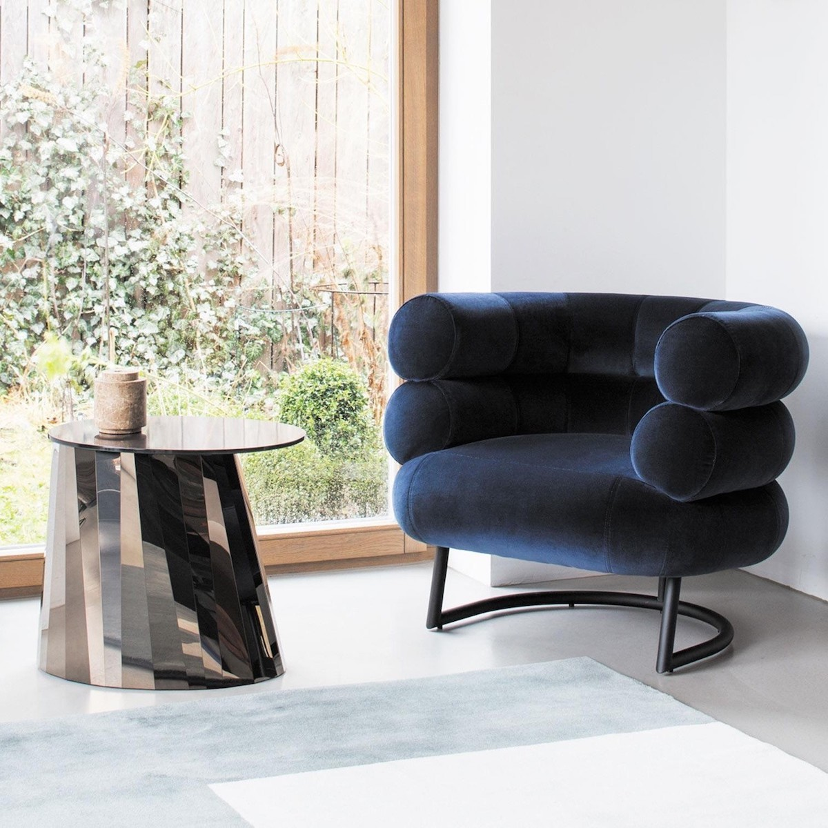 Bibendum fauteuil eileen gray velours bleu marine table basse miroir design - blog déco - clematc