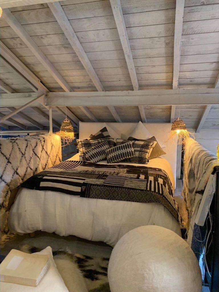 aménagement chambre grenier combles noir blanc suite parentale poutre apparente blanche mona market Montpellier