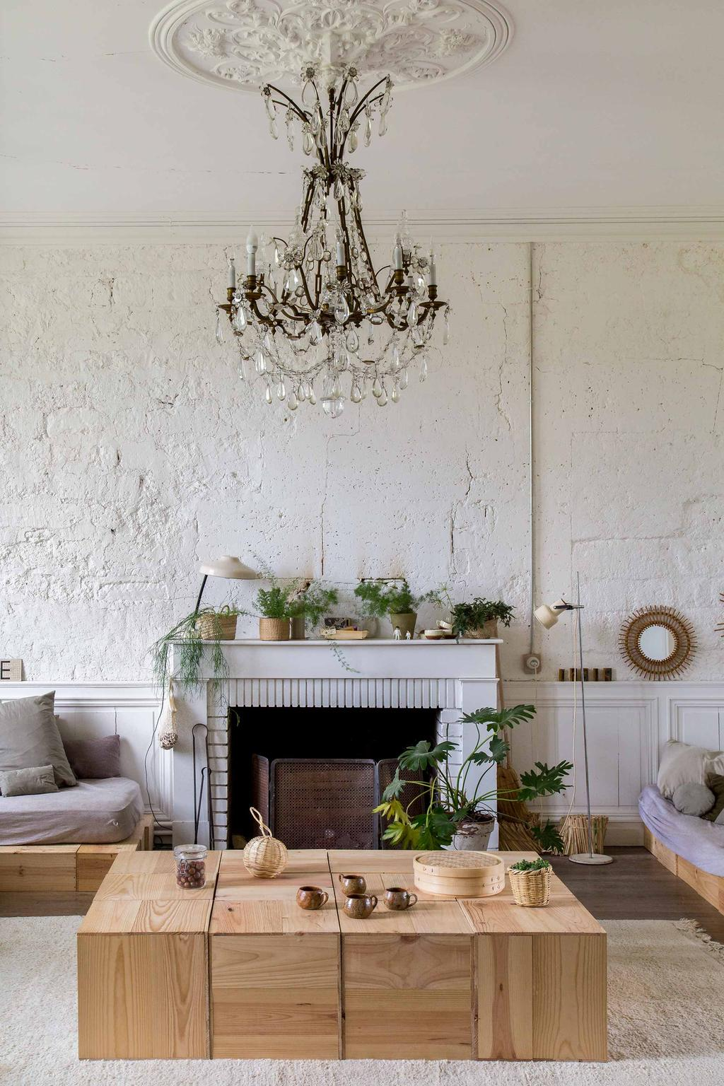 château charentais salon lumineux épuré table basse et canapé cubes bois brut plantes vertes