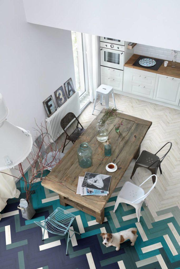 blog déco salle à manger cuisine ouverte parquet carrelage vert bleu marine table rectangle bois brut