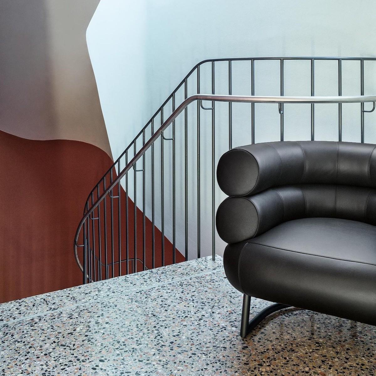 cage d escalier chaise fauteuil cuir noir bourrelet - blog déco - clemaroundthecorner