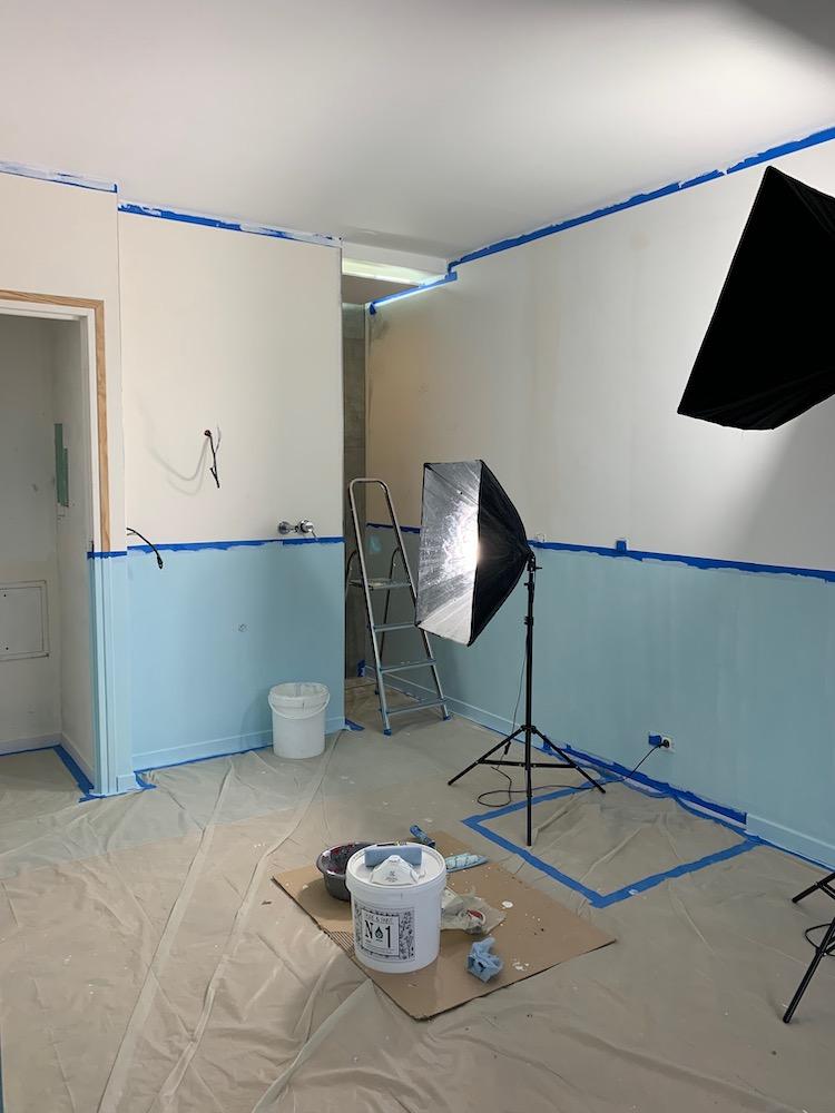 comment créer peinture mur bicolore motif mural masking tape tutoriel soubassement