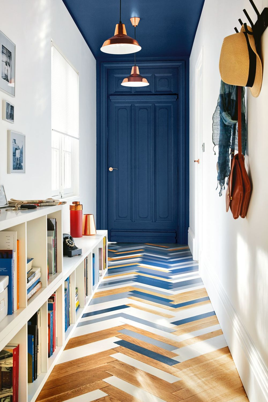 couloir d'entrée mélange carrelage et parquet lamelle porte bleu