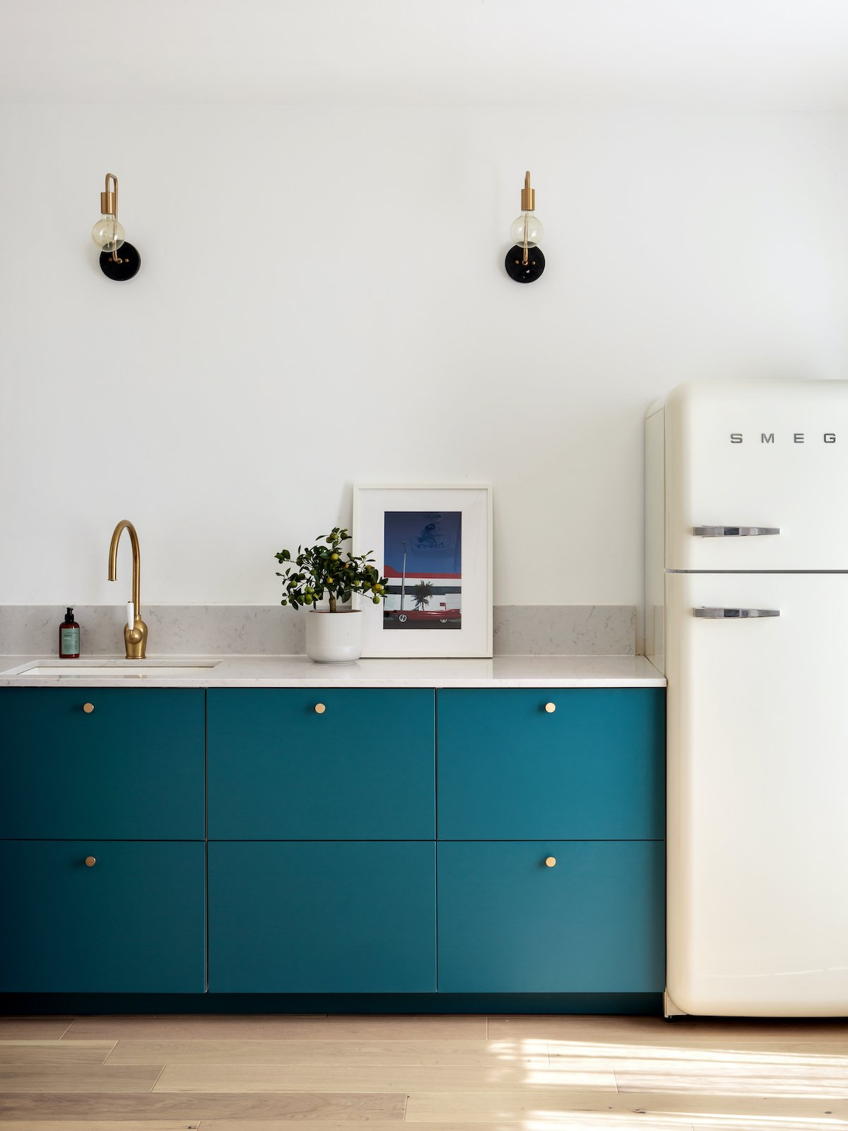 cuisine ikea hack bleu lagon marbre frigo smeg - blog décoration - clem around the corner