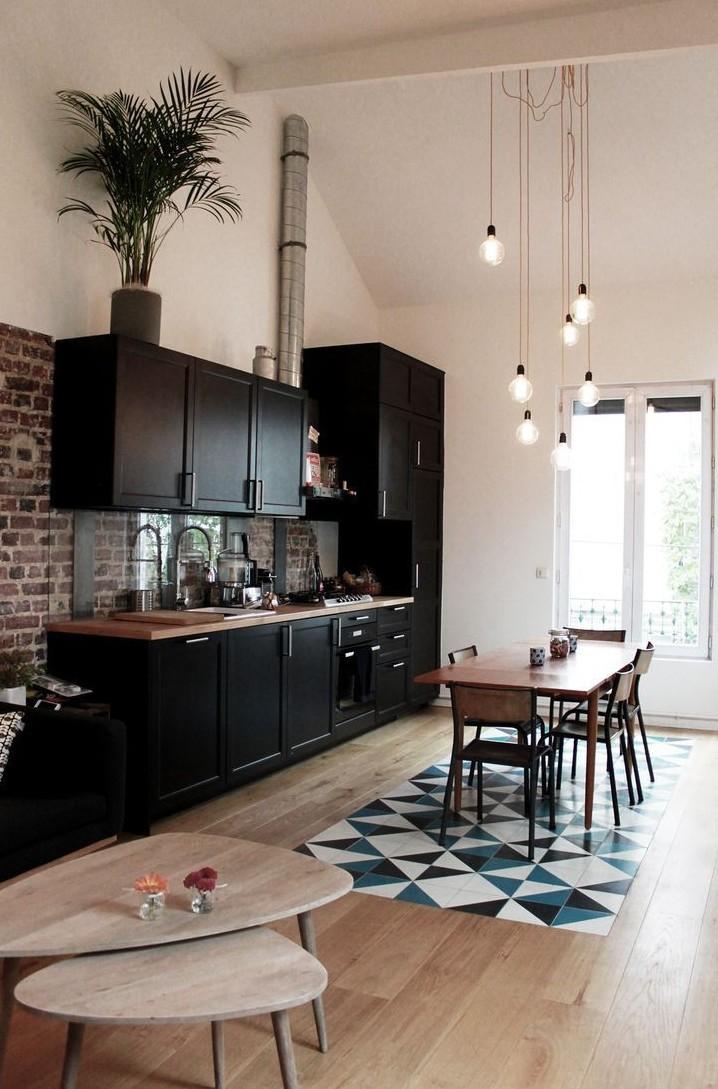 cuisine ouverte moderne mixte carrelage parquet géométrique bleu noir blanc suspension laiton
