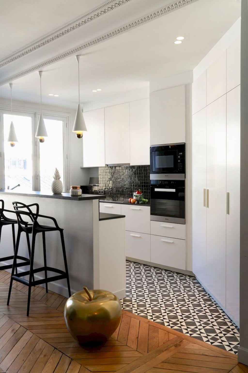 cuisine ouverte moderne ton lumineux délimitation carrelage mosaïque taupe parquet bois lamé déco pomme dorée