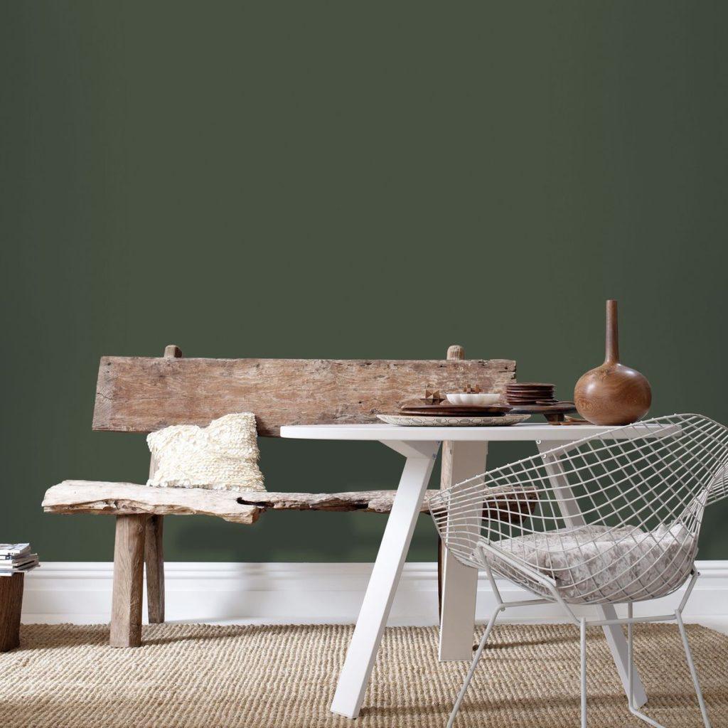 déco vert olive papier peint peinture mur salon salle à manger wabi sabi vintage design diamond chair vieux banc bois patine