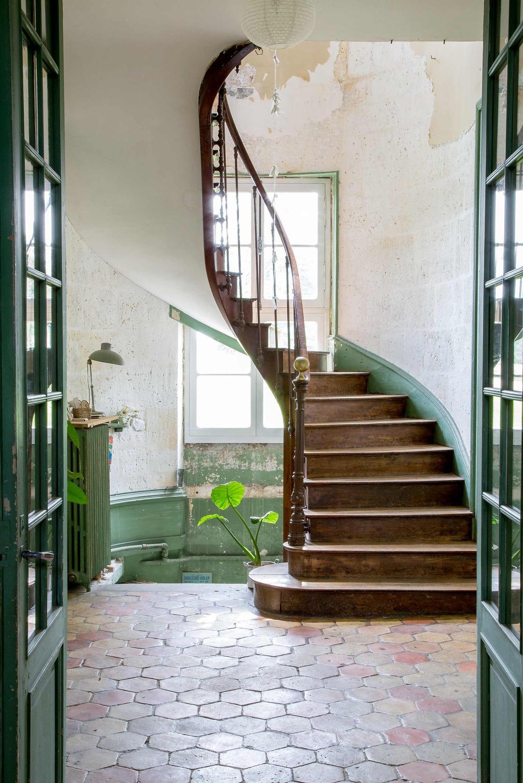 escalier en bois château charentais mur peinture verte effacée champêtre - blog déco - clemaroundthecorner